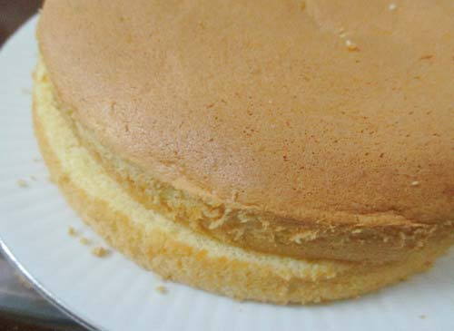 Dùng dao xẻ đôi cốt bánh ra và trét kem vào giữa bánh