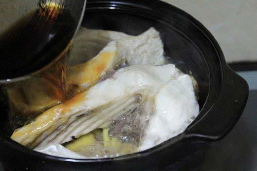 Cho nước màu vào nồi cá trắm kho