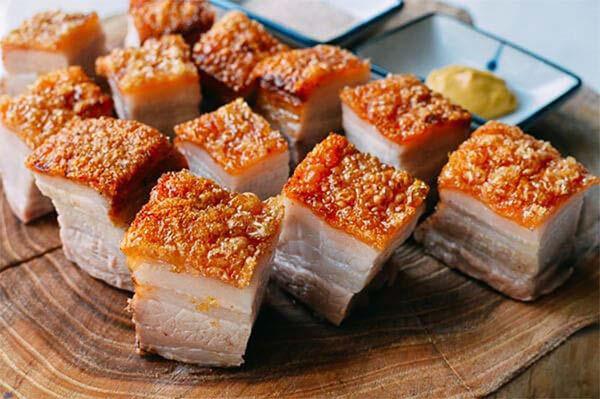 Thịt heo da giòn cắt miếng nhỏ có thể ăn kèm với cơm hoặc bánh mỳ đều hợp