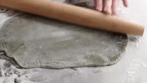 Cán mỏng phần bột đã chín