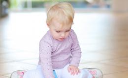 Có một tư thế ngồi của trẻ các mẹ cần sửa ngay nếu không muốn con lớn lên bị chân vòng kiềng, đặc biệt là bé gái