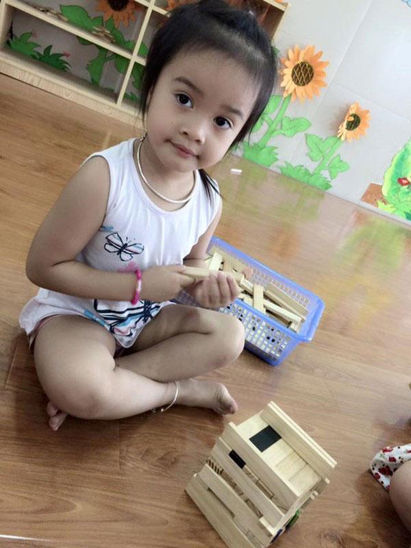 Image result for bé con ngồi khoanh chân