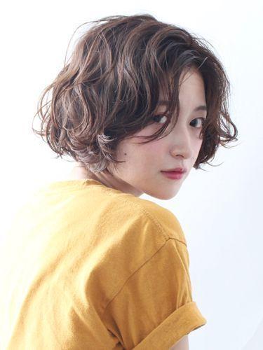 Tóc ngắn không mái xoăn nhẹ che khuyết điểm cho khuôn mặt dài