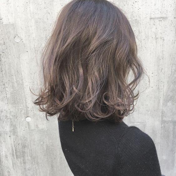 Kiểu tóc ngắn xoăn sóng nước trẻ trung