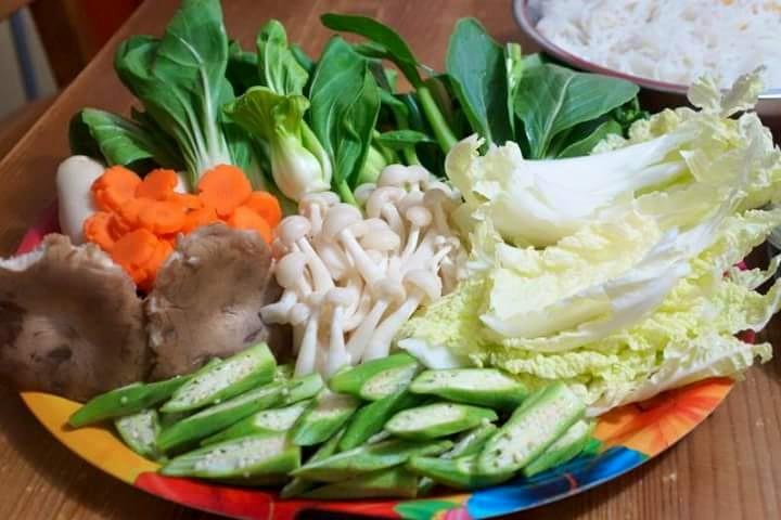 Lẩu hải sản ăn với rau gì?