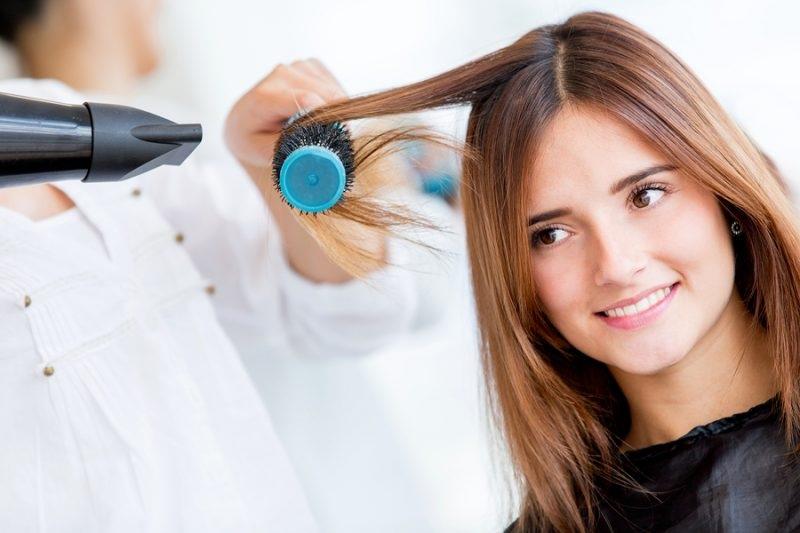 Sử dụng máy sấy tóc và lược tròn