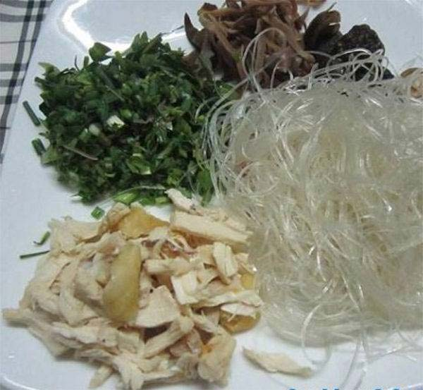 Sơ chế nguyên liệu nấu miến gà măng khô