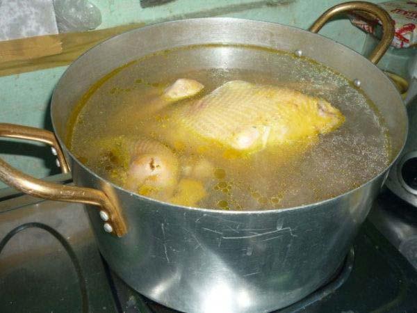 Cách nấu miến gà măng khô: Nấu nước dùng