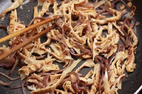 Cách nấu miến gà măng khô: Xào nhân miến