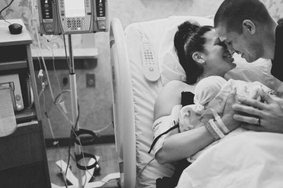 Ông bố nào cũng cảm thấy vô cùng hạnh phúc khi bế đứa con đầu lòng