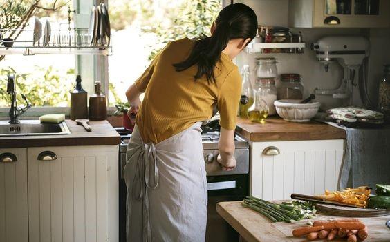 Đừng dành cả cuộc đời chỉ biết đến bếp núc, nấu nướng