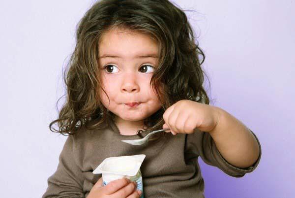 ăn sữa chua đúng cách cho trẻ em