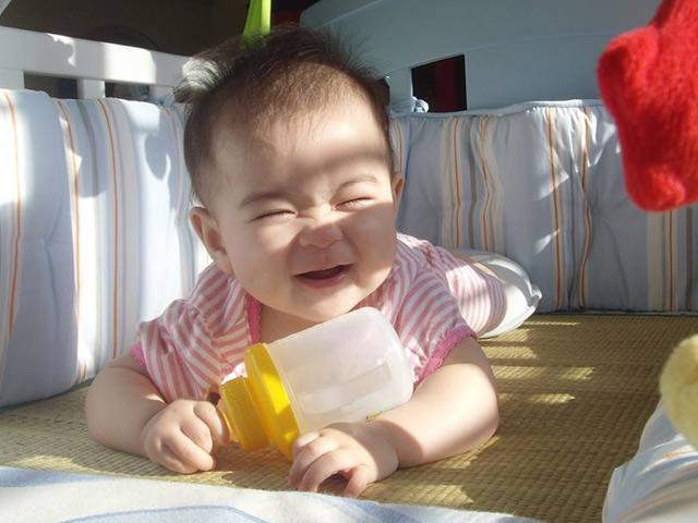 tắm nắng cho trẻ hấp thụ vitamin D