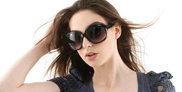 Sử dụng kính râm là biện pháp giúp bạn bảo vệ vùng da mắt khỏi bị nhăn nheo