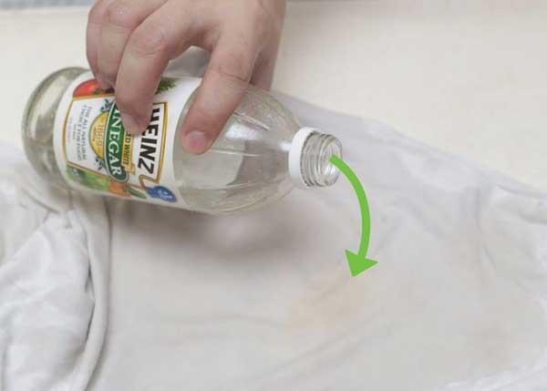 Cách làm sạch vết cafe dính trên quần áo bằng nước giặt tẩy và giấm ăn