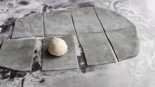 Cắt bột thành nhiều phần và gói viên kem lại