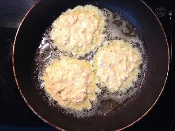 Chiên bánh ngô rán đến khi chín vàng đều cả hai mặt