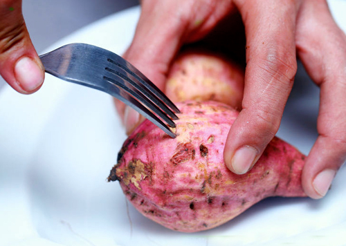 Dùng dĩa đâm xung quanh củ khoai