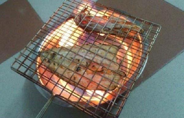 nướng mực khô bằng cồn